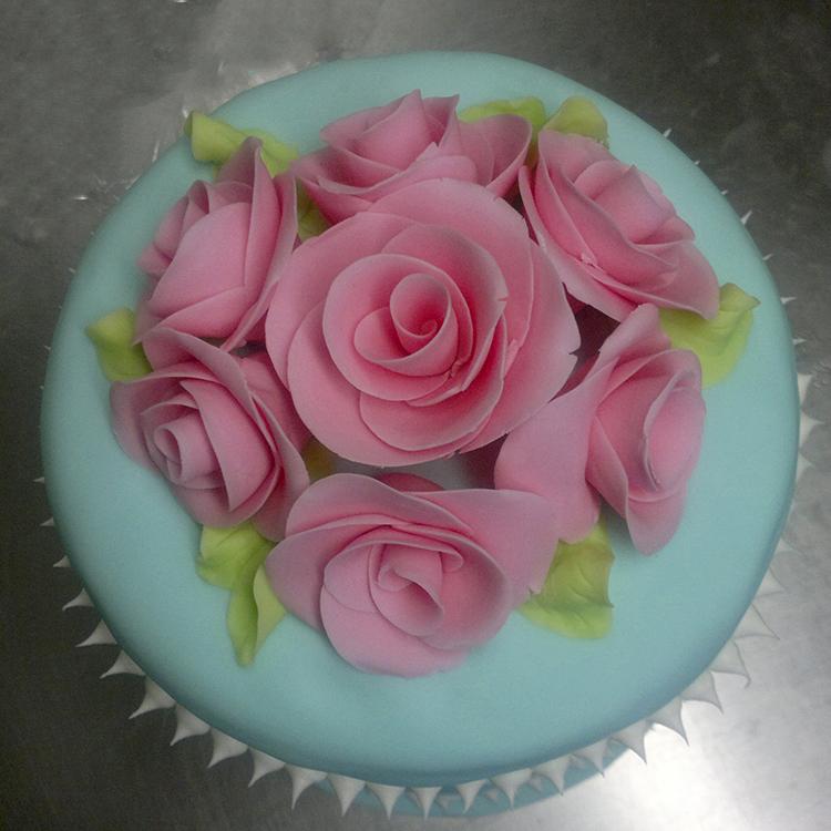 een met rozen gedecoreerde taart van Bakkerij Frank Rood
