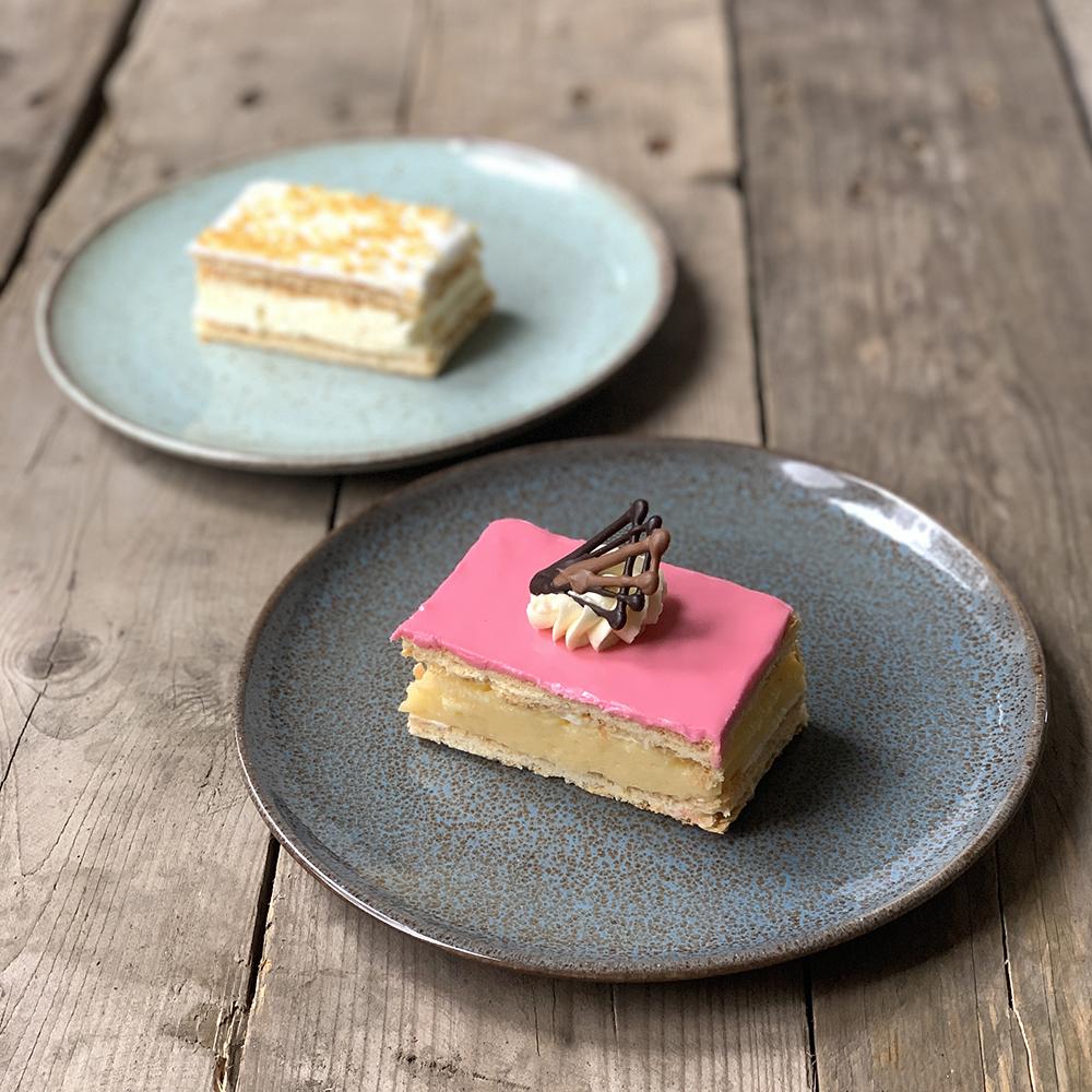 roze tompouce gebak de welbekende met gele room