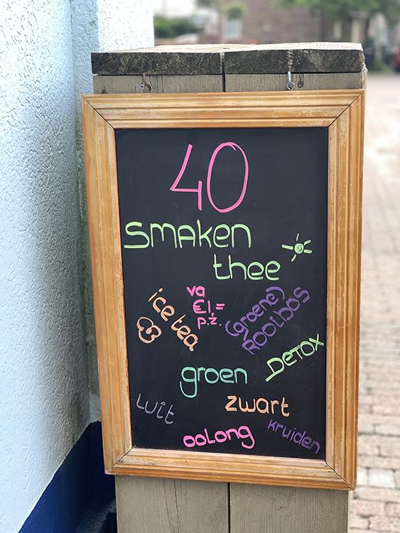 40 smaken thee verkrijgbaar bij bakkerij frank rood aangekondigd op het reclamebord buiten